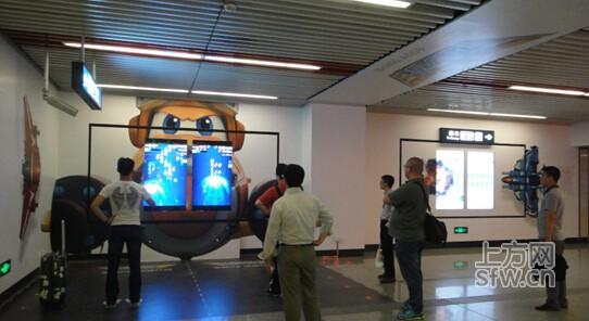 5月15日-31日期间,《全民飞机大战》在北京、上海、深圳等一线城市开展了线下互动营销活动。北京地铁、上海浦东机场、深圳嘉禾影院、武汉江上轮船这些不同的公众场所,成为腾讯开启互动娱乐时代营销革新的试炼场。北京、上海、广州、深圳、成都等全国8个重点城市长达60秒的游戏栏目视频,覆盖了超过1亿的大众人群。   结合AR技术(增强现实技术,一种全新的人机交互技术)、体感互动、SmartWall(8K高清互动大屏)等新兴科技,《全民飞机大战》将手游广告打造成线下互动娱乐,人气偶像周笔畅的现场宣传视频,更拉